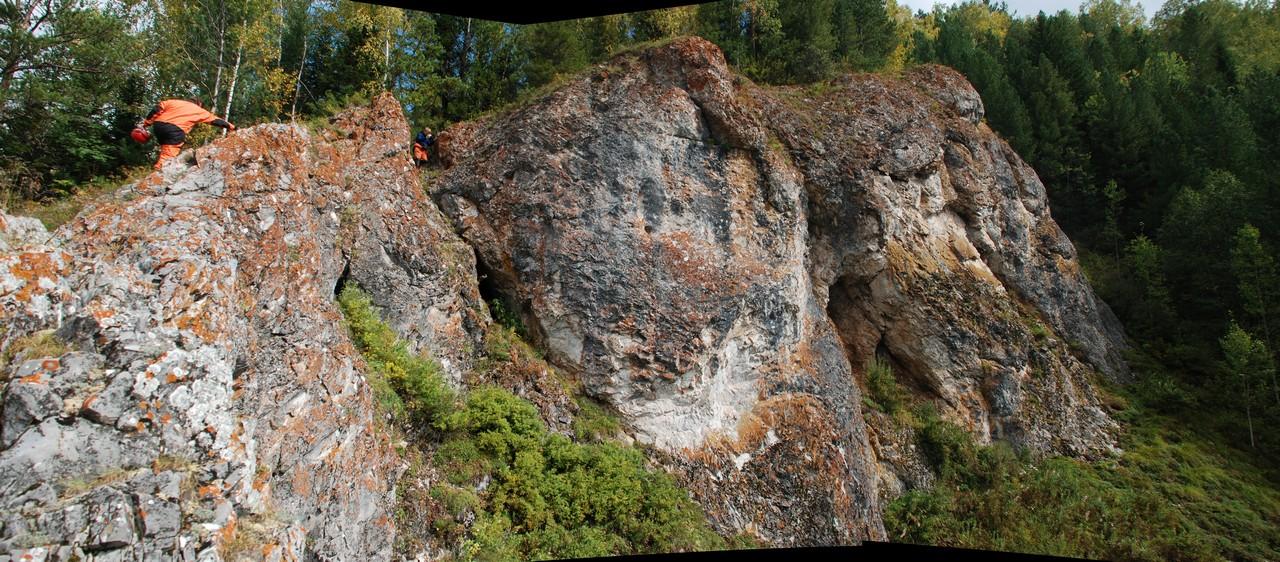 Скальник с пещерой